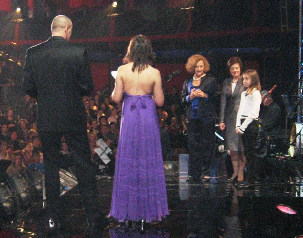 Zosia Tucholska, najmłodsza wolontariuszka, odbiera nagrodę z rąk Pierwszej Damy - Wielka Gala Wolontariatu 2008