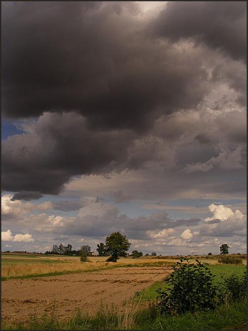 ..a chmury wiszą nisko.. #pejzaż #wieś #chmury #jesień