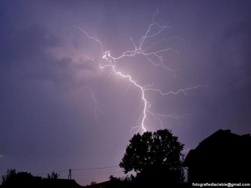 Wyrasta z ziemi ... #noc #burza #pioruny #błyskawice #światło