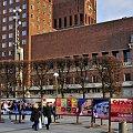 Solidarnośc w Norwegii. W tle Ratusz w Oslo #miasto #architektura #ludzie #plakat