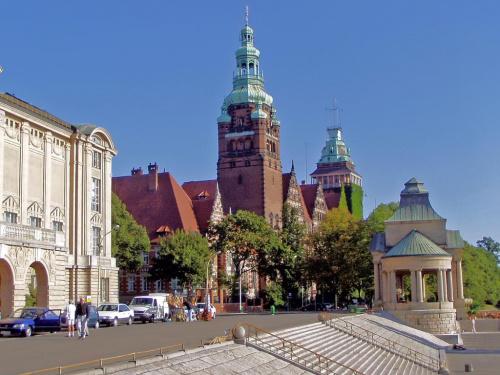Szczecin. Wały Chrobrego. Urząd Wojewódzki mają bardzo ładny, prawda? Na pierwszym planie kawałek Muzeum Morskiego, a w tym okrągłym po prawej to nieźle karmią :) #Szczecin