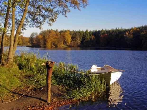 Moje październikowe wakacje. Jezioro na rzece Redze (i nasza łódka)