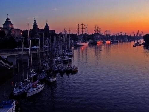 Budzi się nowy dzień, ale załogi jachtów jeszcze odpoczywają. #żagle #żaglowce #Szczecin