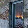 nie zawsze barwy nieba przed zachodem słońca możemy oglądać na łonie natury- często obserwujemy je nad dachami domów, odbite w oknach ... #okno #odbicie #niebo