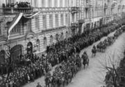 Ludność cywilna w Wilnie wita garnizon wileński powracający z manifestacji zbrojnej na granicy polsko-litewskiej