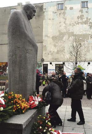 Spotkanie i kwiaty pod pomnikiem Schillera to tradycja Dnia Teatru
