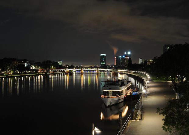 Frankfurt am Main noca..:)) POD FOTKA WINIEJE 45 KOMENTARZY a w rankingu jaczesciej komentowanych wyswietlana jest licba komentarzy 35!!!!Nie bede nic sugerowala:(((????czy ktos moze to rozumie?? #FrankfurtAmMain #alicjaszrednicka