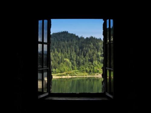 Dedykowane Kaliope :) , która fotografuje okna znacznie lepiej ode mnie. Widok z zamku w Niedzicy. #Niedzica #okno