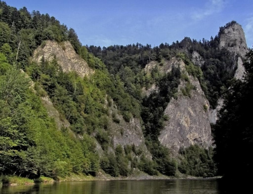 Spływ przełomem Dunajca, po prawej Sokolica - tylko sokoły uleciały, wystraszone tabunem galopujących turystów :) #Pieniny #SpływDunajcem