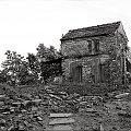 z dedykacją dla SNAPSHOTA wersja czarno- biała, do której przyczynił się też JUDASZEK :) #rudera #ruina #budynek #szopa