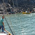 dobijamy do wyspy czynnego wulkanu Neo Kameni koło Santorini #Kreta #wyspa #Santorini #wyprawa #natura #mozre #ocean #zatoka #port #domy #biale #kolory #romantycznie