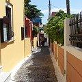 pastelowe barwy i wąskie przejścia dają niepowtarzalny urok miastom Santorini #Kreta #wyspa #Santorini #wyprawa #natura #mozre #ocean #zatoka #port #domy #biale #kolory #romantycznie