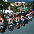 wypożyczalnia w Oia #Kreta #wyspa #Santorini #wyprawa #natura #mozre #ocean #zatoka #port #domy #biale #kolory #romantycznie