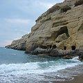 plaża nad zatoką Messaras i skala z grotami rzymskimi, w latach 60-tych zamieszkiwali tam hipisi z calego świata #Matala #Kreta #groty #katakumby #morze #hipisi #plaża #słońce