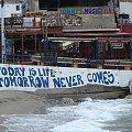 plaża nad zatoką Messara na murze bardzo mądre , życiowe hasło hipisowskie :-) #Matala #Kreta #groty #katakumby #morze #hipisi #plaża #słońce
