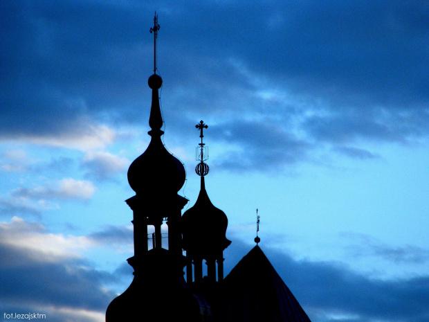 Wieże klasztoru o. Bernardynów w Leżajsku, woj. podkarpackie #Klasztor #bernardyni #lezajsk #leżajsk #niebo #zachód #słońce #słońca #błękit #nieba #krajobraz