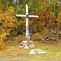 Krzyż przy innym skrzyżowaniu dróg również przy Trakcie Napoleońskim. #jesień #krzyż