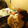 Poznań 2009-02-10 Ewelina z babcią. Ma już ponad 5 tygodni #Ludzie #Rodzina #Dzieci #Wnuczka
