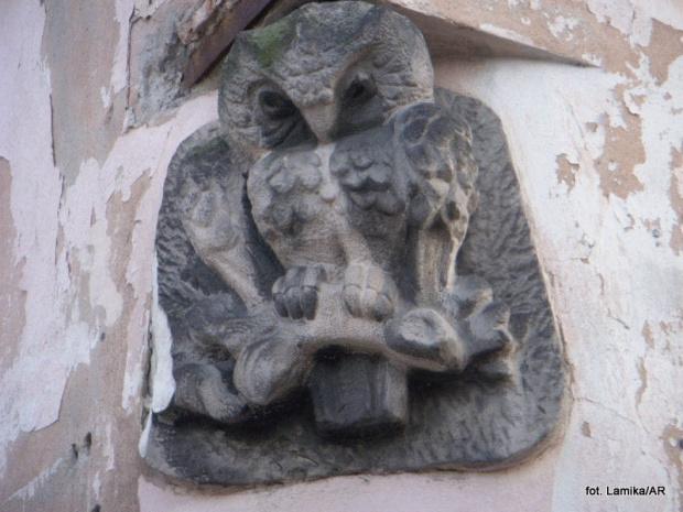 Mariensztat - rzeźba sowy na ulicy Sowiej