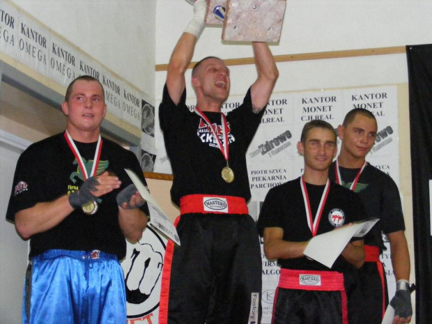 Grandchampiojn - semi contact bez podziału na kategorie wagowe: 1m Wojciech Niedzielski, 2m Karol Baranowski (obaj Duet Gdańsk), 3m Rafał Karcz (Fight Zone Wejherowo) oraz Marcin Wasilewski (Duet).